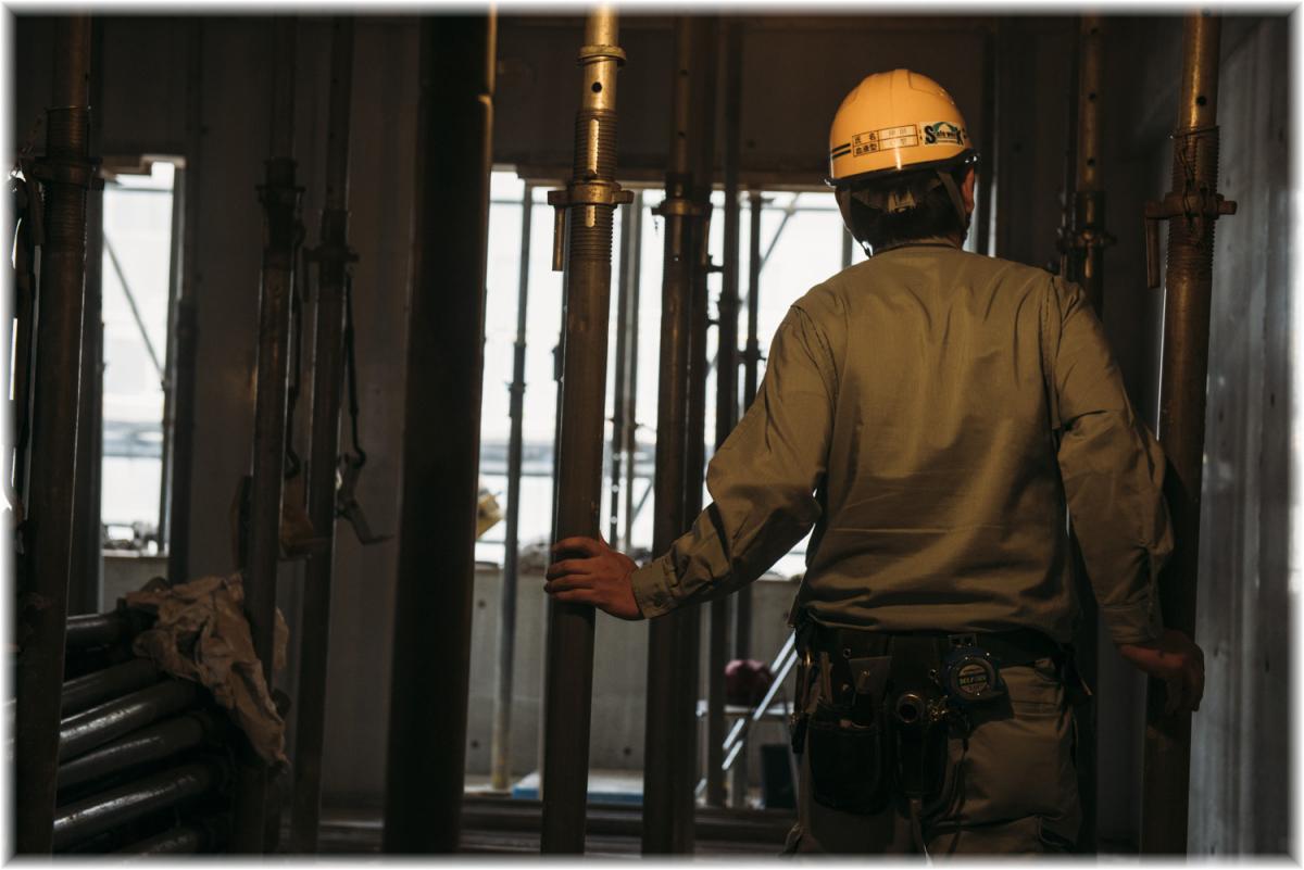 【総合職(技術系)建築の施工管理】◆建築施工管理◆公共施設、オフィスビル、マンション、病院等の建築事業の工事現場で現場監督として従事し、工事全体の管理をする仕事です。
